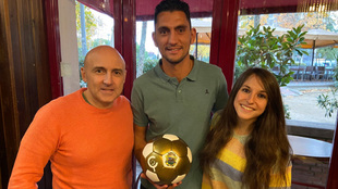 Juanma Marrero junbto a 'Maldini' posa con su 'Balón...