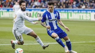 Ximo Navarro disputa un balón con Isco en el Alavés-Real Madrid