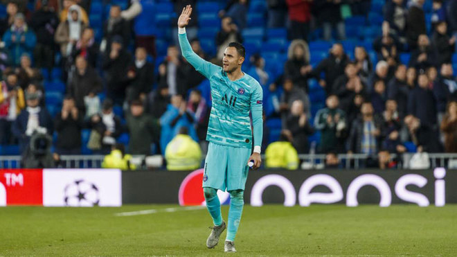 Keylor Navas waves to the Bernabeu crowd on his return with PSG