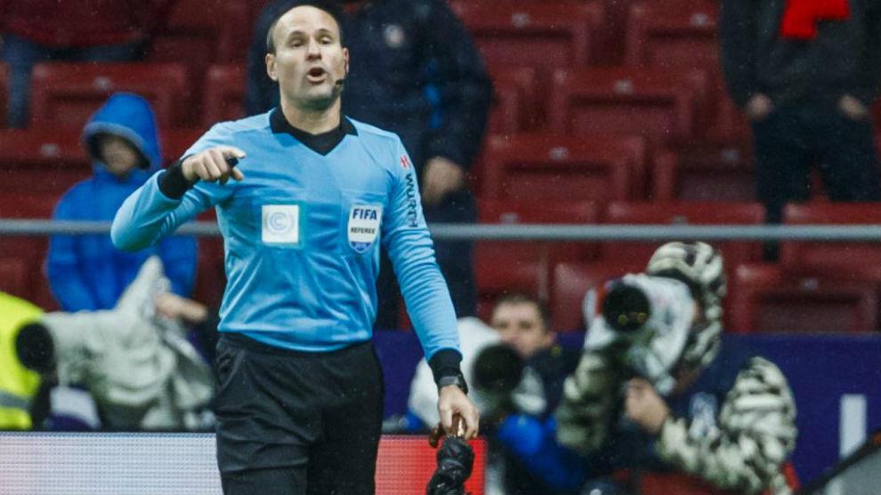 Mateu Lahoz, en el momento de recoger el paraguas que cayó al césped...