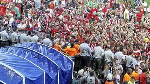 La afición del Girona invadió el campo tras la decepción de junio...
