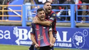 Zarfino celebra su gol al Deportivo con Nono subido a sus espaldas