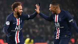 Neymar y Mbappé celebran uno de los goles marcados al Nantes