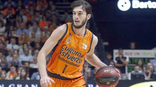 Sergi García jugando con el Valencia Basket en la Liga Endesa