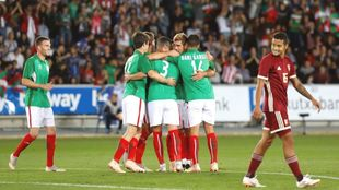 Los jugadores de Euskadi se abrazan tras un gol a Venezuela.