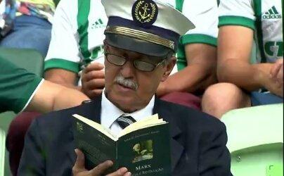 Protesta silenciosa de Edison (67 años) leyendo el libro 'Ciencia y...