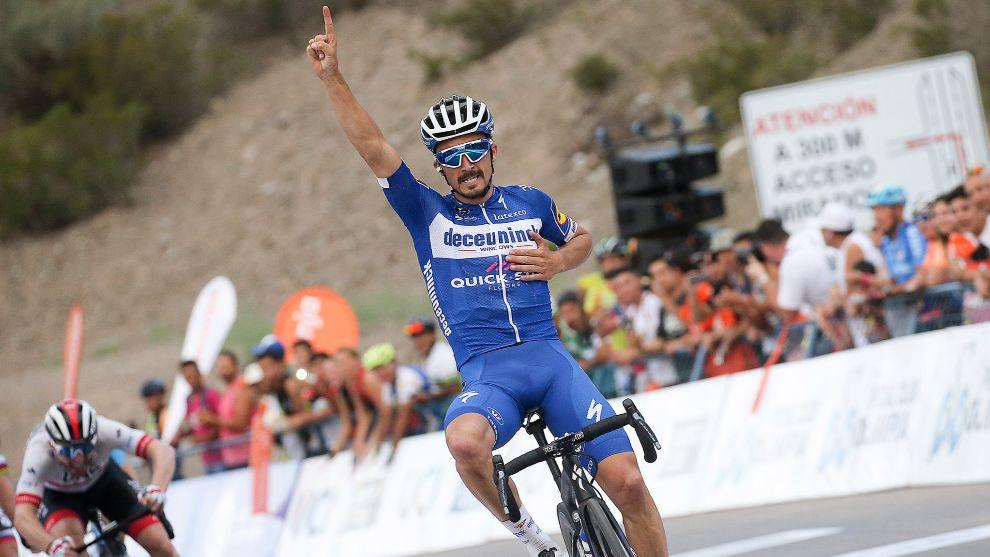 Julian Alaphilippe celebra un triunfo en La Vuelta a San Juan.