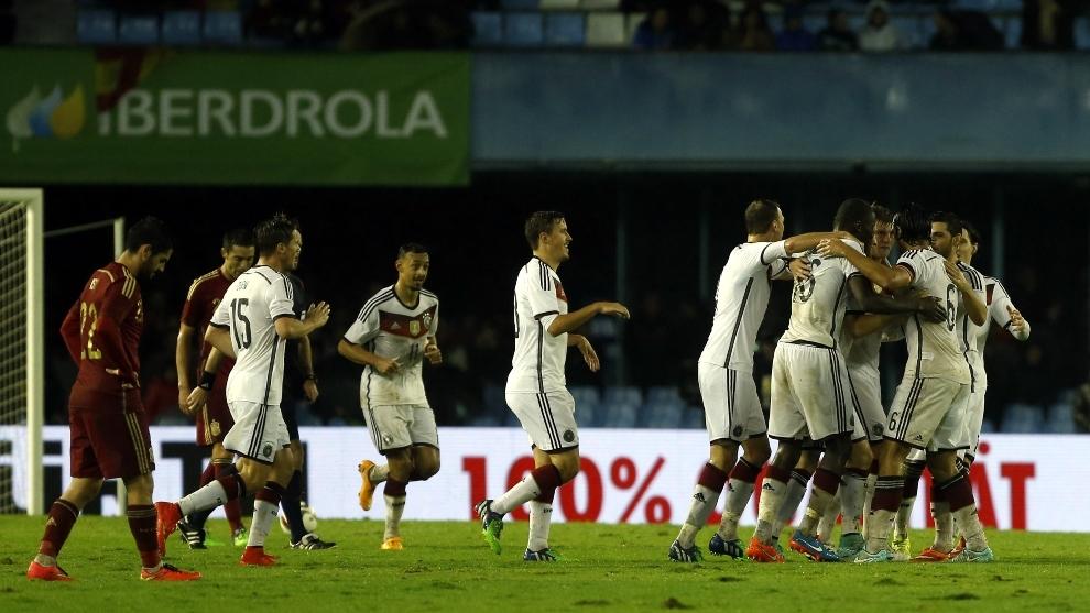 Los jugadores alemanes celebra el gol de Kroos en su última visita a...