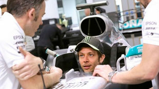 Valentino Rossi se hace el asiento de Mercedes de F1 en la factoría...