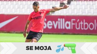 Chicharito Hernández en un entrenamiento con el Sevilla