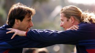 Alfonso Pérez y Emmanuel Petit en un calentamiento con el Barça.
