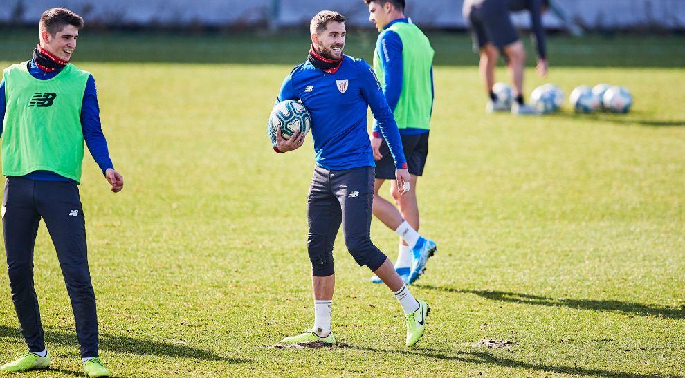 Iñigo Martínez bromea al lado de Sancet durante un entrenamiento de...