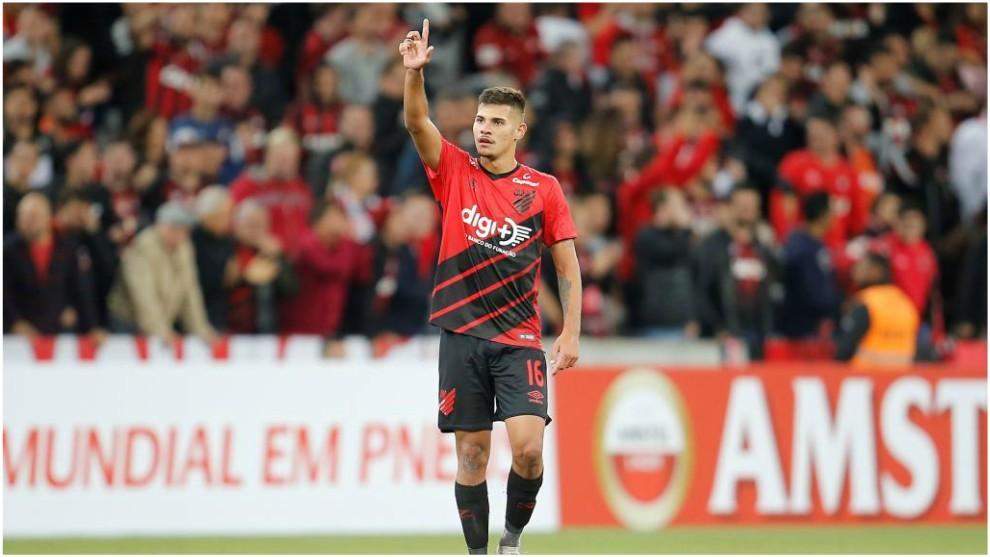 Bruno Guimaraes celebra un gol con el Atlético Paranaense