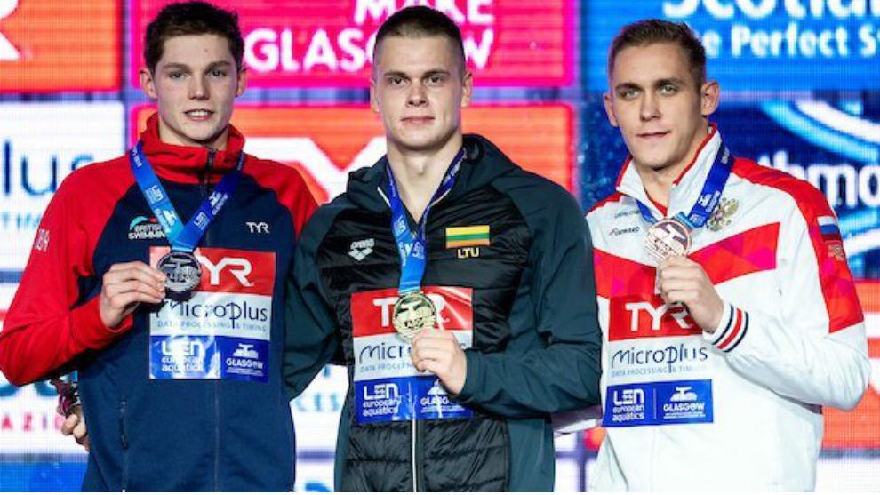 Rapsys, en el centro, posa junto a los otros integrantes del podio