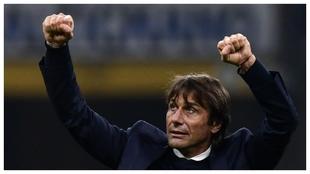 Antonio Conte celebra la victoria contra el Hellas Verona.