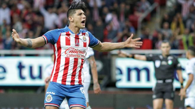 Alan Pulido celebrando un gol contra el Veracruz.
