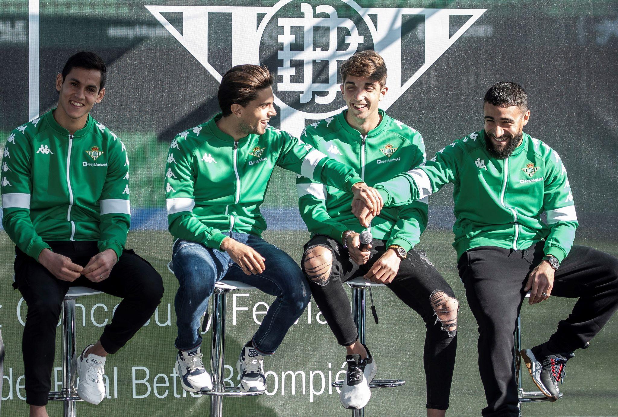 GRAFAND3479. SEVILLA, 05/12/2019.- Los jugadores del Real Betis, Mandi(i), <HIT>Bartra</HIT>(2i), Edgar(2d) y Fekir(d) durante el acto promocional del Real Betis con Mercedes-Benz en el estadio Benito Villamarín. EFE/Raúl Caro