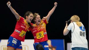 Lara González y Nerea Pena posan celebrando la victoria /