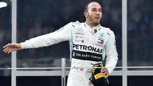 Lewis Hamilton n el podio de Abu Dhabi.