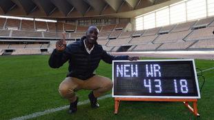 Michael Johnson (52) posa en el Estadio Olímpico de La Cartuja con su...
