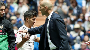 Brahim, junto a Zidane en un cambio.
