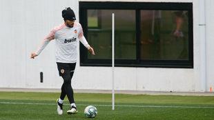 Ezequiel Garay, en el entrenamiento de esta mañana del Valencia.