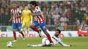 Albiol intenta cortar el avace de Falcao durante la final de Copa del...