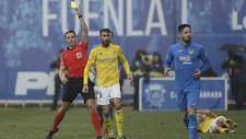 José Mari, delante del árbitro Ais Reig, durante el partido de...
