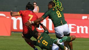 Los sudafricanos Rosko Specman y Justin Geduld tratan de frenar a Pol...