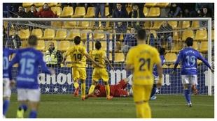 Ximo Miralles no puede hacer nada en el gol de Bárcenas, el segundo...