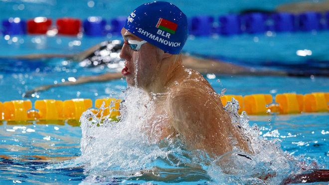 El bielorruso Symanovich, camino de su récord de Eruopa de los 100 braza.
