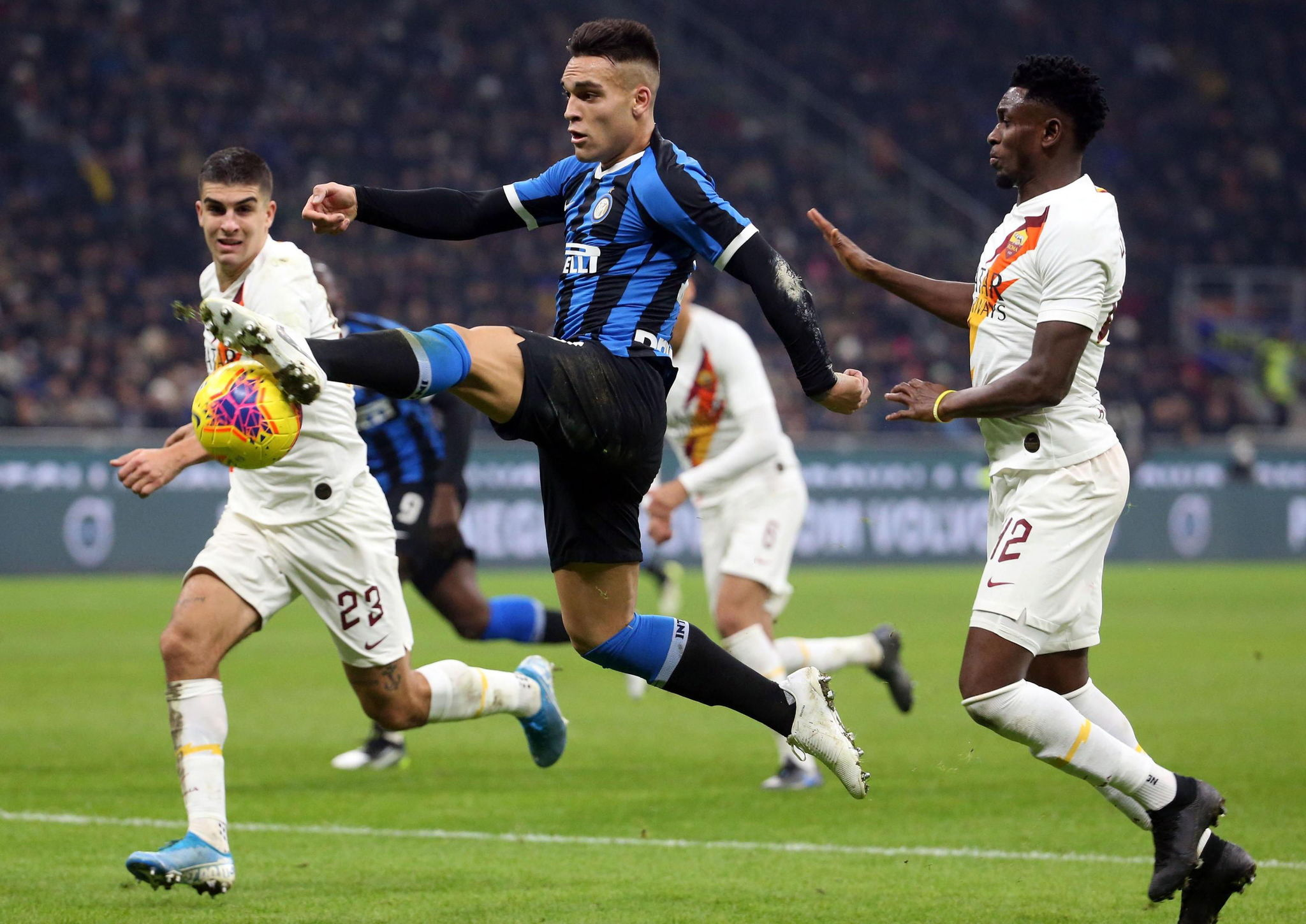 Milan (Italy), 06/12/2019.- Inters Lautaro Martinez (C) in action during the Italian Serie A soccer match Inter FC vs AS <HIT>Roma</HIT> at the Giuseppe Meazza stadium in Milan, Italy, 06 December 2019. (Italia) EFE/EPA/MATTEO BAZZI