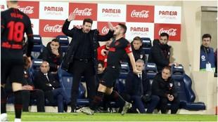 Simeone en la banda durante el partido contra el Villarreal