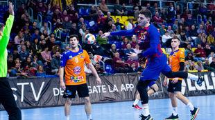El pivote francés del Barcelona, Ludovic Fabregas, lanza ante el...