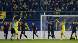 Los jugadores del Villarrael protestas una decisión de Hernández...