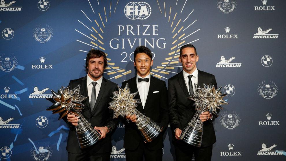 Alonso, con Nakajima y Buemi, en la Gala FIA en París.