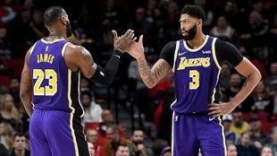 LeBron James y Anthony Davis se saludan durante el partido en...