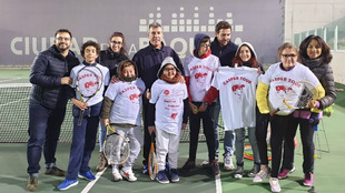 Clase de tenis adaptado de la Fundación Emilio Sánchez Vicario y...