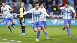 Sadiku celebra uno de los goles que le marcó al Tenerife