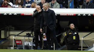 Zidane habla con su segundo durante el partido.