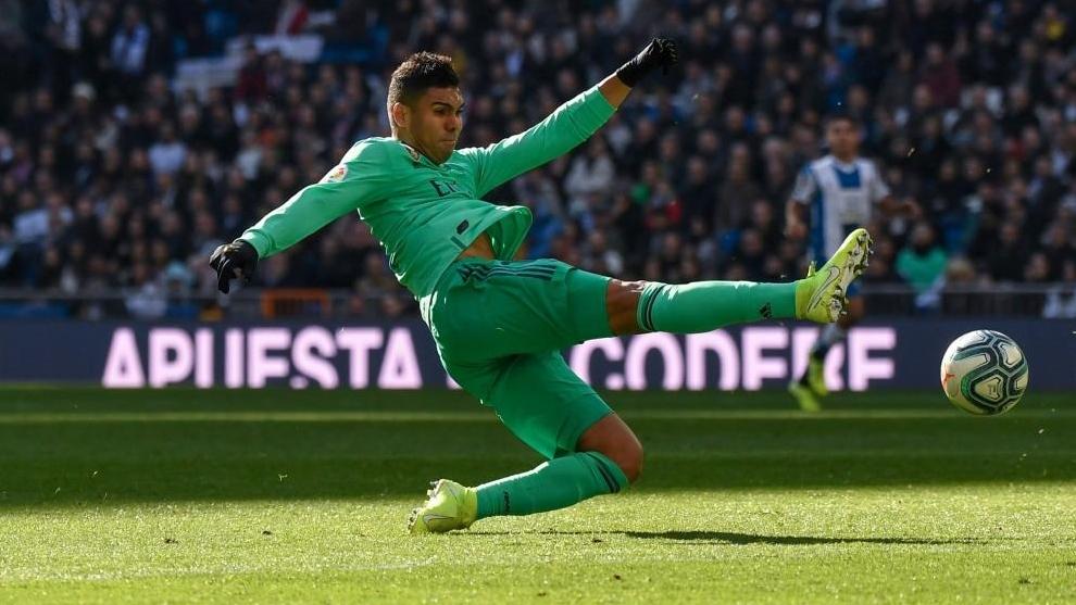 Casemiro golpea la pelota en el duelo ante el Espanyol.