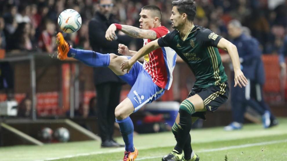 Djurdjevic, intenta hacerse con el balón ante Trigueros