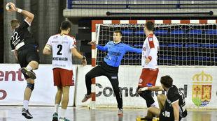 El pivote francés del Atl. Valladolid Duarte lanza ante Sergey...