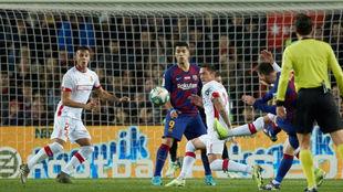 Messi dispara desde fuera del área para hacer el 2-0 del partido.