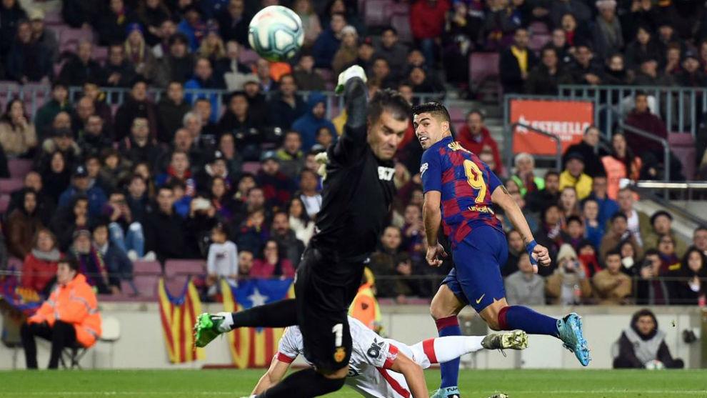 Luis Suárez bate a Reina de tacón.