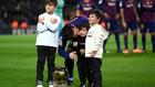 Messi con sus hijos mostrando el Balón de Oro