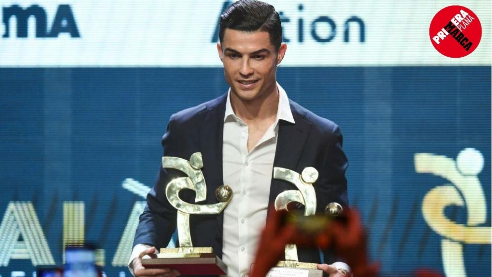 Cristiano posó así con los premios que obtuvo en la gala del fútbol...