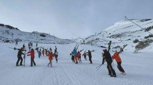 Los aficionados tuvieron que caminar cuesta arriba por Valgrande más...