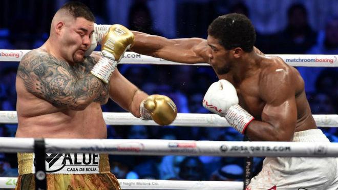 Derecha recta de Joshua que impacta en el rostro de Ruiz.
