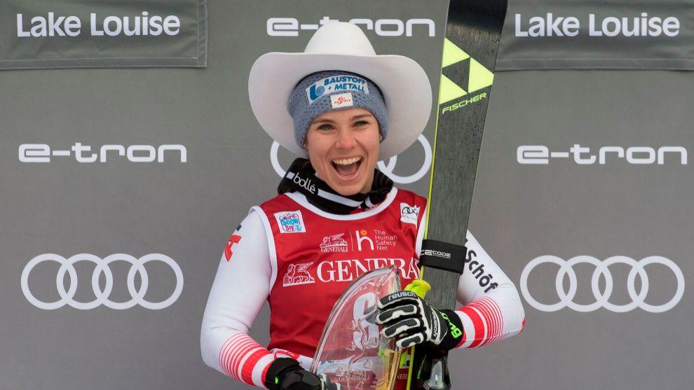 Nicole Schmidhofer, en el podio tras ganar por tercera vez un descenso...